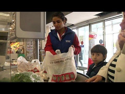 صور الأطفال المفقودين على أكياس التسوق في متاجر تركيا