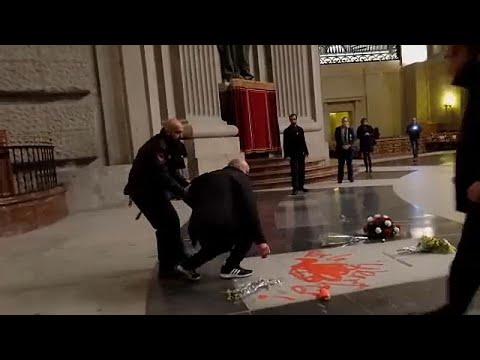 Ισπανός καλλιτέχνης έβαψε με κόκκινο χρώμα τον τάφο του δικτάτορα Φράνκο…