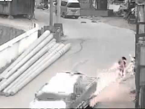 [Clip] - Hãi hùng hai bé bật dậy sau 2 lần bị ôtô lăn qua