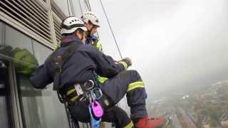 Brände sind nicht die einzige Gefahr, mit der sich die Feuerwehr auseinandersetzen muss. Oft geht es in enge, dunkle Tiefen oder schwindelerregende Höhen. Dann kommt es auf die Ausbildung der Helfer und verlässliches Material an (Quelle: m4-tv.com/mtx).