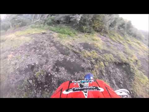 De YZ 450 acelerando forte morro acima em Turvo Pr