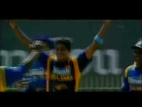 Murali cleans up MS Dhoni with a beauty