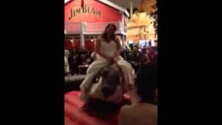 فيديو عروس تركب لعبة الثور يوم زفافها وتضع نفسها في موقف محرج!