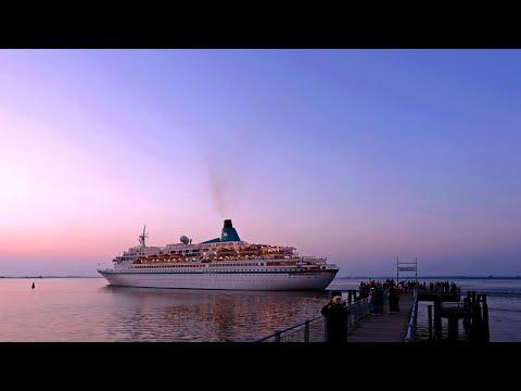 Das Klima kippt - die Kreuzfahrt boomt | Panorama | NDR