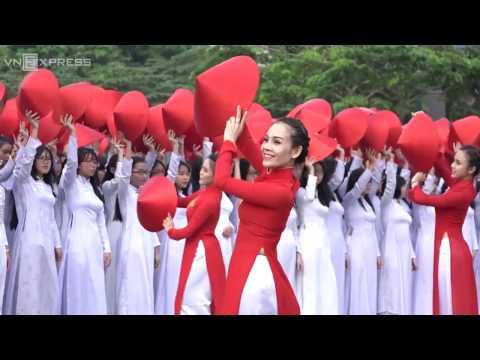 Hàng nghìn thiếu nữ đồng diễn áo dài xếp hình bản đồ Việt Nam