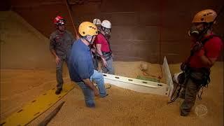 Uma história comovente de sobrevivência. Três homens foram vítimas de um acidente raro, dentro de um silo, construção usada pelos agricultores para armazenar grãos. Os três foram soterrados por toneladas de soja. Um deles, em particular, precisou esperar horas por um resgate complicado e arriscado.