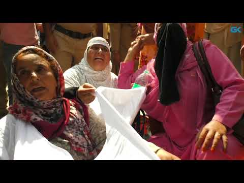Police use force to remove anganwari protesters from Press Enclave in Srinagar