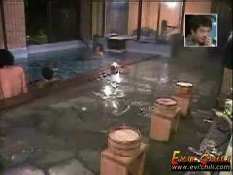 La broma de la pedorra en la piscina