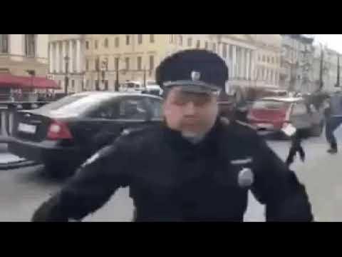 Подполковник полиции убегает, капитан полиции не заступается за сотрудниц. Оба охраняют порядок Петербурга