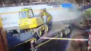 Dramatyczny wypadek. Ciężarówka z koparką wjechała prosto pod pociąg