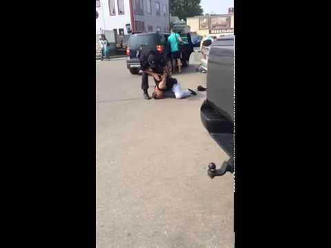 Видео: в Великом Новгороде мужчина с ножом напал на кассира и полицейского