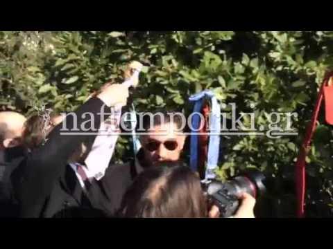 Δικηγόροι έδεσαν τις γραβάτες τους σε δέντρα έξω από τη Βουλή