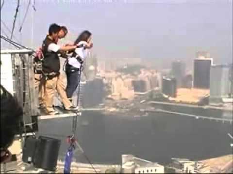 بنت تقفز من اعلى الابراج في العالم