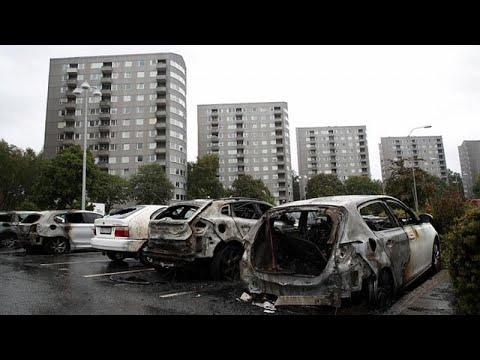Σουηδία: Nεαροί πυρπόλησαν τουλάχιστον 100 αυτοκίνητα