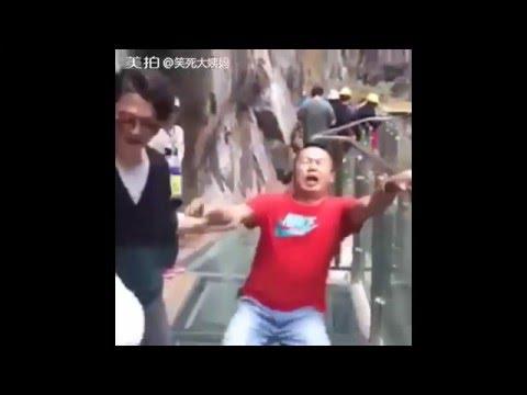 Стеклянный мост в Китае (видео)