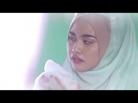(VIDEO) Kako žene sa hidžabom peru kosu data-original=