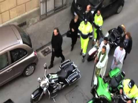 automobilista blocca il traffico e processione: video divertentissimo