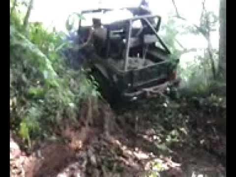 Jeep em mamborê atravessando o rio aimoré