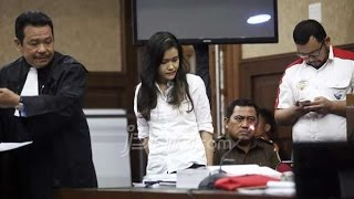 """Jessica yakin di vonis Bebas - 27 Oktober 2016Majelis hakim di Pengadilan Negeri Jakarta Pusat akan menjatuhkan vonis terhadap Jessica Kumala Wongso, terdakwa dalam kasus kematian Wayan Mirna Salihin, pada Kamis (27/10/2016) pagi ini. Jessica akan hadir pada persidangan itu.Kuasa hukum Jessica, Otto Hasibuan, saat berbincang dengan wartawan, Rabu kemarin, menceritakan bahwa Jessica masih yakin dirinya akan diputus bebas oleh hakim.Keyakinan Jessica disebut tidak berubah sedikit pun sejak awal persidangan berjalan sampai ujungnya, yakni bahwa dirinya tidak membunuh dan meracuni Mirna.""""Kalau saya tanya Jessica, dia bilang yakin. Dia bilang, 'Saya yakin bebas sebab saya tidak bersalah.' Kemudian saya tanya lagi, kalau ada kemungkinan lain, gimana? Dia bilang, 'Bagi saya, tidak ada kemungkinan lain. Hanya ada satu pilihan buat saya, ya bebas. Seharipun dihukum, saya akan banding,' begitu katanya,"""" kata Otto.Otto sempat bergurau dengan Jessica. Jika hanya dihukum satu hari seharusnya itu menguntungkan Jessica karena setelah itu dirinya langsung bebas. Namun Jessica tetap menolak putusan semacam itu.""""Dia bilang, 'Apa gunanya hidup kalau saya jadi pembunuh, karena walau sehari kan tetap dianggap pembunuh, makanya saya akan berjuang untuk itu.' Kalau dari kuasa hukum, kami akan menunggu bagaimana keputusan hakim nanti,"""" kata Otto.Jessica didakwa dengan Pasal 340 KUHP (Kitab Undang-Undang Hukum Pidana) tentang pembunuhan berencana.Jessica dituduh meracuni Mirna, temannya sendiri, saat mereka berkumpul di kafe Olivier, mal Grand Indonesia, 6 Januari 2016.Jaksa penuntut umum menuntut Jessica dengan hukuman 20 tahun penjara. Jessica dianggap memenuhi unsur pembunuhan berencana dan tidak ada hal apapun yang meringankan Jessica selama di persidangan.Sebaliknya, kuasa hukum menganggap tidak ada bukti Jessica bersalah"""