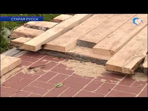 В Старой Руссе новенькую клинкерную плитку набережной Рыбаков покрыли деревянным настилом