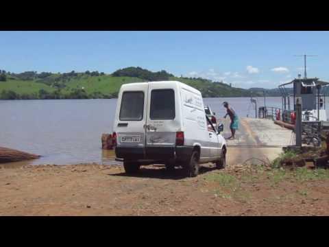 Travessia de balsa no rio Iguaçu em cruzeiro do iguaçu