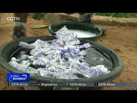العرب اليوم - شاهد: نيجيري يستخدم الأكياس البلاستيكية من النفايات لصناعة الملابس
