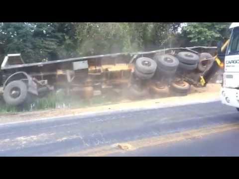 Destombando carreta na BR-282 em Descanso-SC
