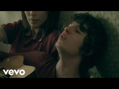 Tekst piosenki The Kooks - She moves in her own way po polsku