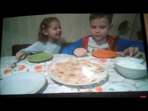 Катя у бабушки лепит вареники Десерт с чевяками Дедушка катает на машине и Много конфет для Ярика - DomaVideo.Ru
