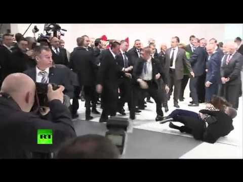 俄總統被赤裸美女圍攻,雙乳攻擊!