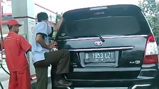 Aksi Sopir Menggoyang-goyangkan Mobil Saat Isi Bahan bakar