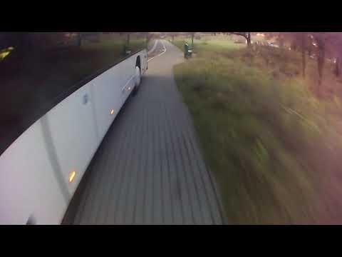 Пьяный водитель двухэтажного автобуса из Литвы куда-то бодро ехал по минской велодорожке