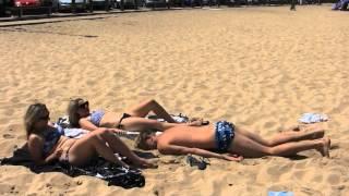 Tak się podrywa! Żadna dziewczyna na plaży nie oprze się tej prostej sztuczce!