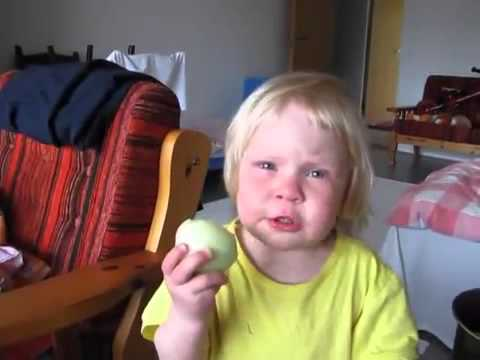 Pequeña niña a la que le gusta comer cebollas crudas