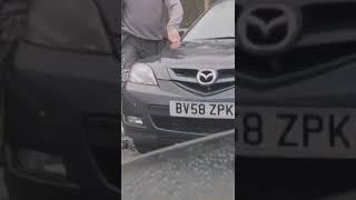 Facet pompuje oponę, podczas gdy jakiś śmieszek przejeżdża, grając Pump It Up.