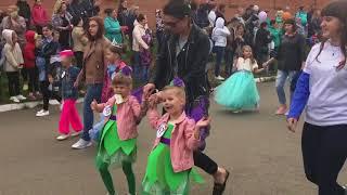 Парад героев Диснея на набережной реки Кан.