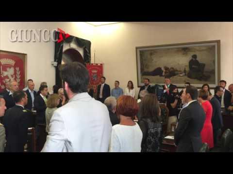 Primo Consiglio Comunale: tutti in piedi per l'inno d'Italia