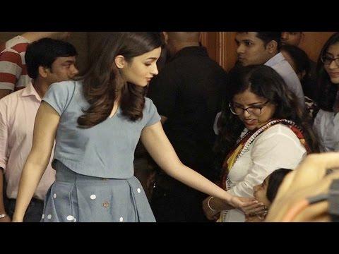 Alia Bhatt's cute moment with a little fan | Video