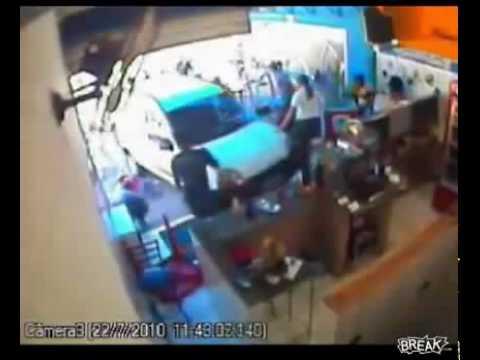 Estudiante de manejo se trepa a una cafetería