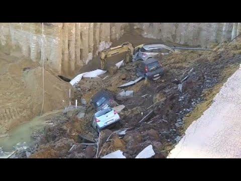 العرب اليوم - شاهد:  حفرة تبتلع عددًا من السيارات في روما