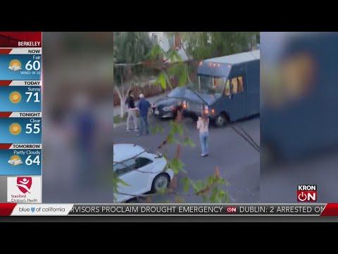 شاهد امرأة أمريكية تشتم وتلعن سائق توصيل من أصل أفريقي