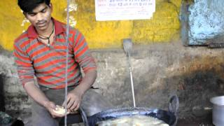 Jhansi India  city pictures gallery : cooking puris on the street in Jhansi, Uttar Pradesh, India