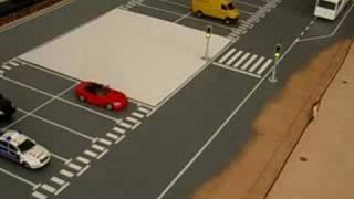Es veu com es paren els cotxes amb semàfor vermell i tornen a circular quan es posa en verd. Ver como se paran los coches con semáforo rojo y reanudan la marcha al ponerse en verde.