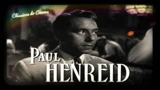 Durante a Segunda Guerra Mundial, muitos fugitivos tentavam escapar dos nazistas por uma rota que passava pela cidade de Casablanca. O exilado americano Rick Blaine (Humphrey Bogart) encontrou refúgio na cidade, dirigindo uma das principais casas noturnas da região. Clandestinamente, tentando despistar o Capitão Renault (Claude Rains), ele ajuda refugiados, possibilitando que eles fujam para os Estados Unidos. Quando um casal pede sua ajuda para deixar o país, ele reencontra uma grande paixão do passado, a bela Ilsa (Ingrid Bergman). Este amor vai encontrar uma nova vida e eles vão lutar para fugir juntos. Encha a taça e aperte play, bom filme!