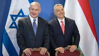 Rendkívüli biztonsági intézkedések közepette fogadta a Parlamentben Orbán Viktor Benjamin Netanjahu izraeli kormányfõt. A zsidó állam vezetõje elsõsorban a gazdasági együttmûködés élénkítése miatt érkezett, illetve azért, mert az ország kapcsolatai megromlottak Németországgal, amely kritikus a gázai és ciszjordániai telepek terjeszkedésével kapcsolatban. Izrael az uniós tagállamok közül a V4-ek felé keresi a kapcsolatot, és ebben Orbán Viktor jó partnere lehet. Izrael egyetért a visegrádiak állá…BŐVEBBEN: http://hu.euronews.com/2017/07/18/netanjahu-elso-nap-budapesteneuronews: Európa legnézettebb hírcsatornájaIratkozzon fel! http://www.youtube.com/subscription_center?add_user=euronewsHungarianAz Euronews elérhető 13 nyelven: https://www.youtube.com/user/euronewsnetwork/channelsMagyar: Website: http://hu.euronews.com/Facebook: https://www.facebook.com/euronewsTwitter: http://twitter.com/euronewshu