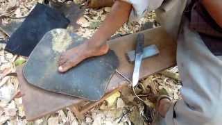 Uganda - Skæring Af Skindrem Til Tromme