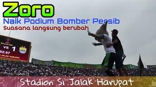 Download Video Bobotoh Kaget..!!  Zoro maskot datang dan naik Podium Dirijen Bomber Persib, auto Bergoyang MP3 3GP MP4