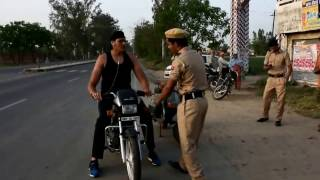 Video After chokeslaming two Police Constable Shanky Singh was finally stopped at a Police checking Nakka MP3, 3GP, MP4, WEBM, AVI, FLV Juli 2018