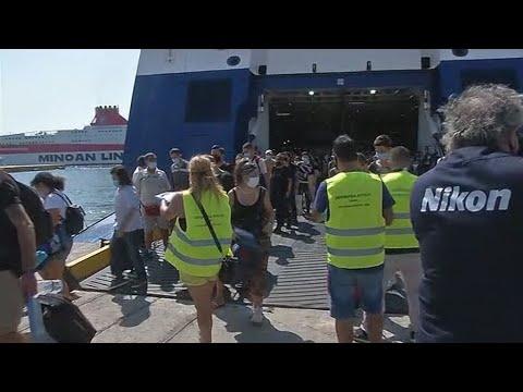 Έλεγχoi για τον κορονοϊό στους ταξιδιώτες που επιστρέφουν στα λιμάνια του Πειραιά και της Ραφήνας
