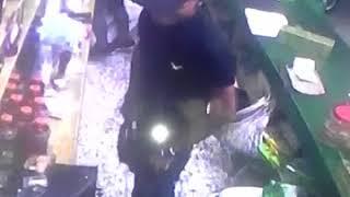 Cámara de seguridad capta el momento que tres hombres asaltan colmado en Los Cacicazgos